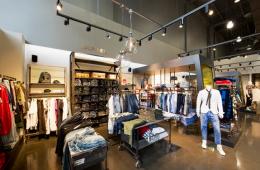 Kinh doanh hiệu quả nhờ lắp đặt đèn led rọi ray cho shop thời trang